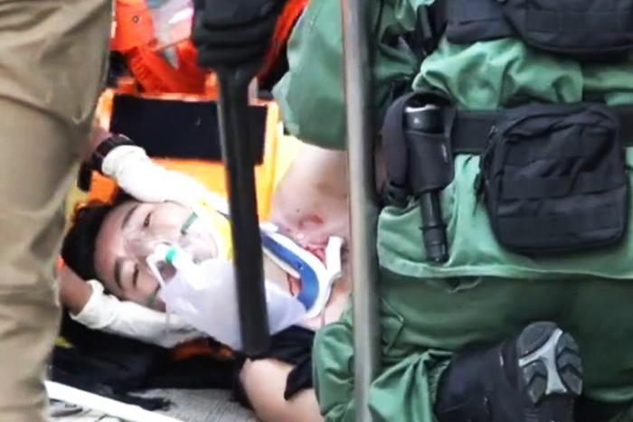"""Tăng Chí Kiện nằm trên mặt đất, không ngừng kêu """"cứu mạng"""", nhưng sau 3 phút, ít nhất 6 nhân viên cảnh sát ở đó đều bỏ mặt để canh chừng hiện trường."""