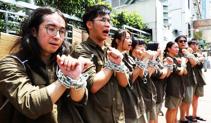 Người dân Hồng Kông biểu tình phản đối luật dẫn độ, cuối cùng đã trở thành đối kháng toàn diện với chính sách tàn bạo của chính quyền.