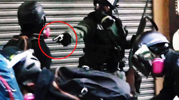 Trên đường Tai Ho ở Tsuen Wan, khoảng 4 giờ chiều, có người biểu tình đã bị cảnh sát dùng đạn thật bắn trúng ngực. (Ảnh cắt từ video)