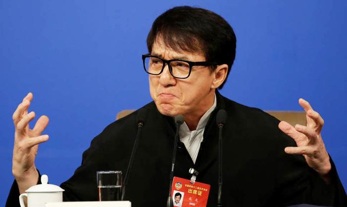 """Thành Long nói rằng Trung Quốc """"đã là một đại quốc cũng là một cường quốc"""", """"Trung Quốc hắt hơi một cái, Trái đất sẽ rung chuyển"""", đã khiến dư luận người Hoa chê cười."""