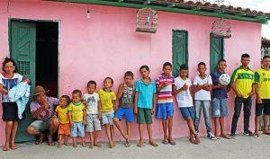 Cặp vợ chồng đẻ liên tiếp 13 cậu con trai sau 20 năm cố sinh con gái