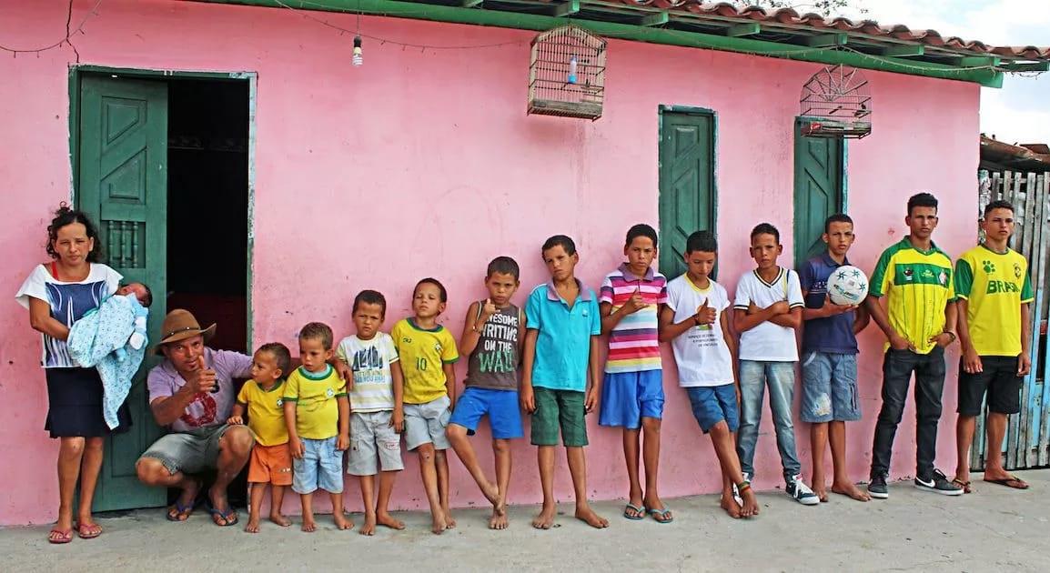 Cặp vợ chồng đẻ liên tiếp 13 cậu con trai sau 20 năm cố sinh con gái'