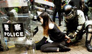 Một người biểu tình Hồng Kông bị bắt hôm 6/10.