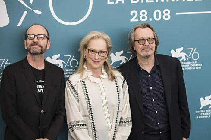 Sáng ngày 1/9, phim The Laundromat tại Liên hoan phim Venezia đã tổ chức buổi ra mắt. Đạo diễn Steven Soderbergh (từ trái sang), nữ diễn viên Meryl Streep, nam diễn viên Gary Oldman chụp ảnh chung sau buổi họp báo vào buổi chiều