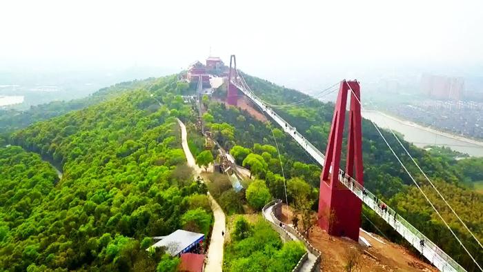 Cây cầu kính tại thôn Hoa Tây thuộc thành phố Giang Âm, tỉnh Giang Tô đã bị sụp một phía bên cầu, 10 người bị thương.