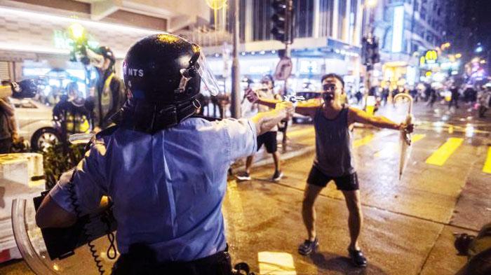 Mục sư Anthony, người được ví là Tank Man Hồng Kông vì đứng ra chặn họng súng của cảnh sát Hồng Kông.