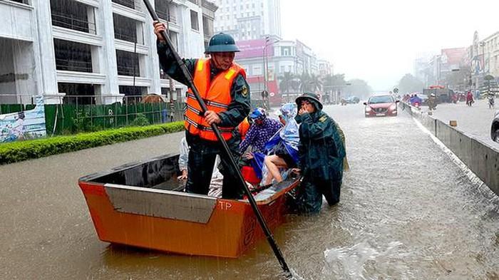 Vinh: Ngập lụt gần 6000 ngôi nhà do làm đường quên không làm cống - 4