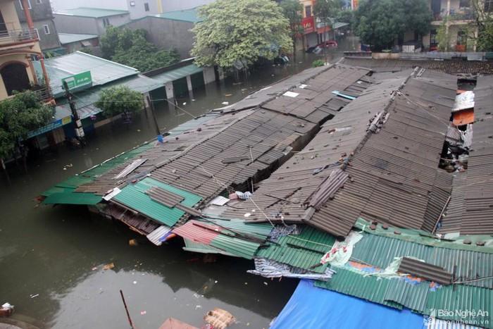 Vinh: Ngập lụt gần 6000 ngôi nhà do làm đường quên không làm cống