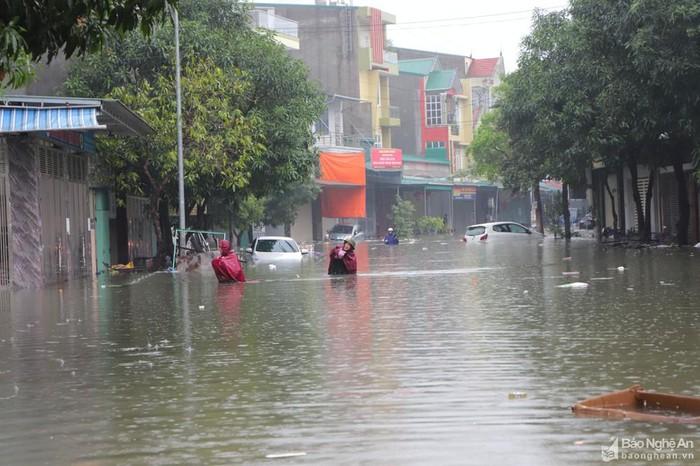 Vinh: Ngập lụt gần 6000 ngôi nhà do làm đường quên không làm cống - 2