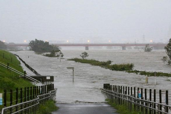 Mực nước dâng cao dọc sông Tama - Ảnh: AFP