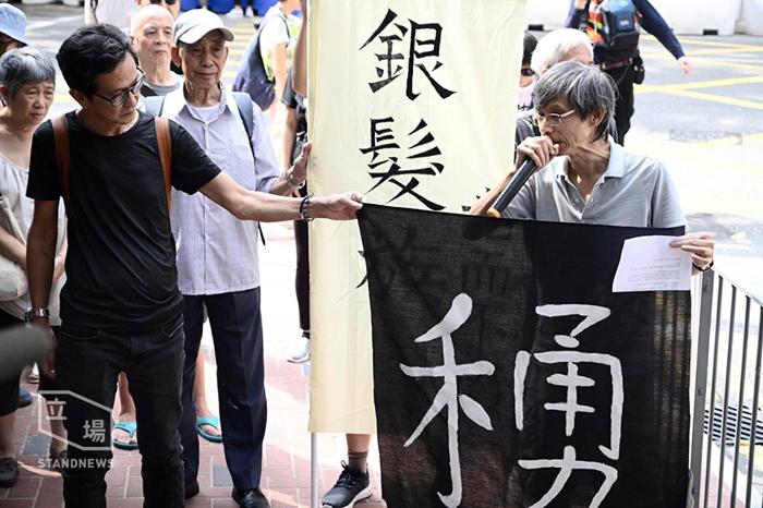 Nhóm người tóc bạc tổ chức hoạt động ủng hộ người biểu tình trẻ tuổi ngày 12/10.
