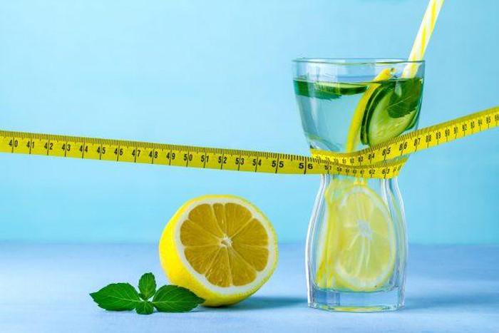 Trong chanh chứa nhiều axit citric, một loại axit hữu cơ có chức năng hỗ trợ quá trình trao đổi chất, thúc đẩy sự tiêu hóa và giải phóng chất béo hiệu quả.