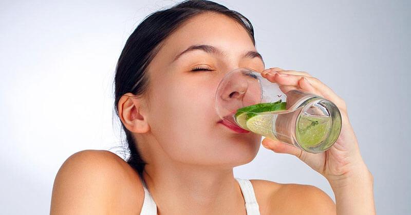 một lượng nhỏ chanh pha với nước lọc sẽ có tác dụng kiềm hóa khi được tiêu hóa.