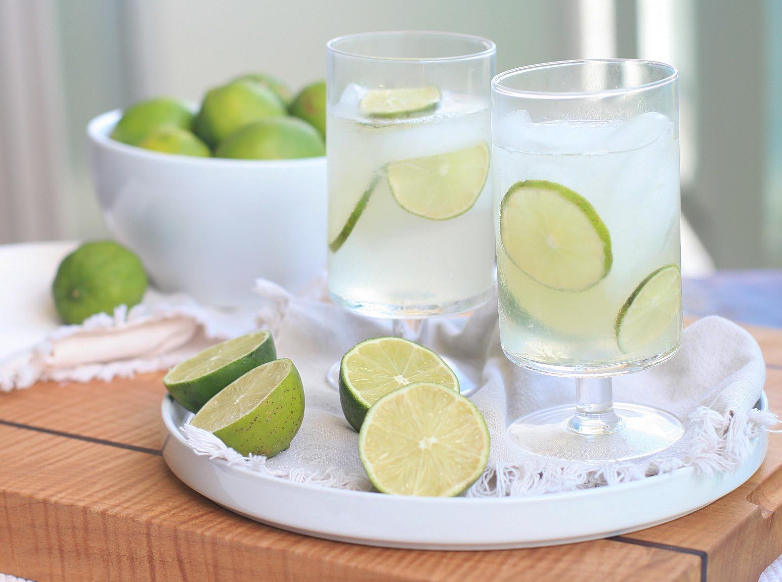 Một ly nước chanh giúp làm loãng axit uric gây ra sự tích tụ dẫn đến đau khớp.