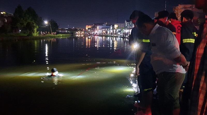 Lực lượng cứu hộ tìm kiếm thi thể nạn nhân. (Ảnh qua Việt Nam Net)