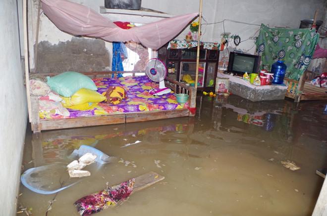 Nhiều nhà dân bất ngờ bị nước tràn vô nhà, gây ngập sâu.