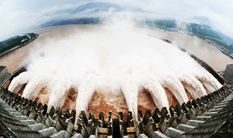 Cảnh xả nước ở cửa đập Tam Hiệp.