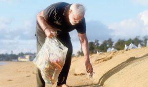 Thủ tướng Ấn Độ đi chân trần, lặng lẽ nhặt rác trên bãi biển