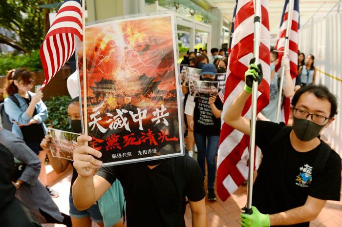 """Sinh viên Đại học Hồng Kông cầm biểu ngữ """"Trời diệt ĐCSTQ"""" trong sự kiện hôm 20/9. (Ảnh: Epoch Times)"""