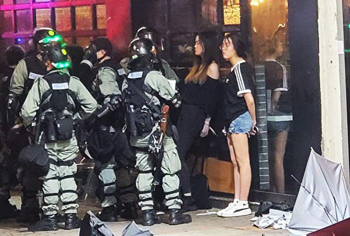 Hai người phụ nữ mặc đồ rất bình thường, bị bắt ở vịnh Causeway vào ngày 6/10.