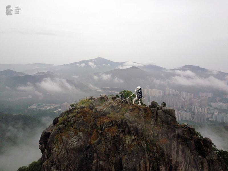 """Đỉnh núi Sư Tử là điểm dừng để đặt tượng nữ thần, nhóm thực hiện cho rằng vì núi Sư Tử là nơi khởi đầu """"Tinh thần Hồng Kông"""""""