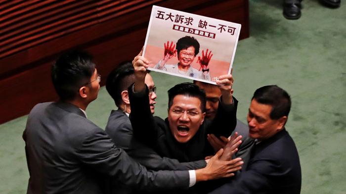 Lúc Lâm Trịnh đọc phát biểu về thi hành biện pháp chính trị tại Hội đồng Lập pháp, đã gặp phải sự phản đối mạnh mẽ từ các nghị viên phe dân chủ