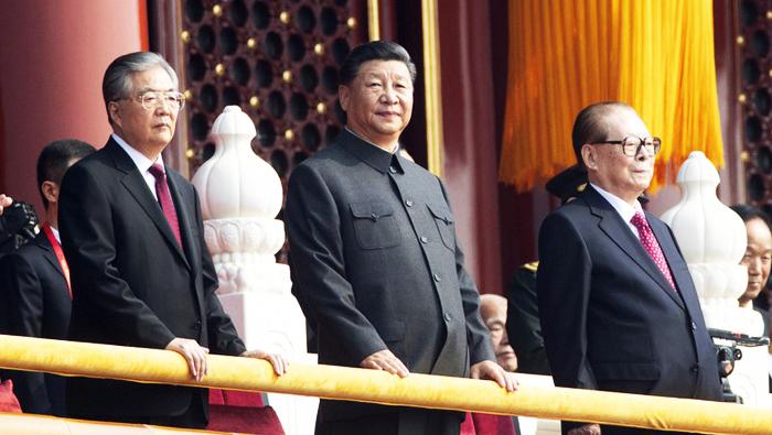 Ông Tập Cận Bình (giữa) cùng cựu Chủ tịch Trung Quốc Hồ Cẩm Đào (trái) và Giang Trạch Dân trong buổi lễ.
