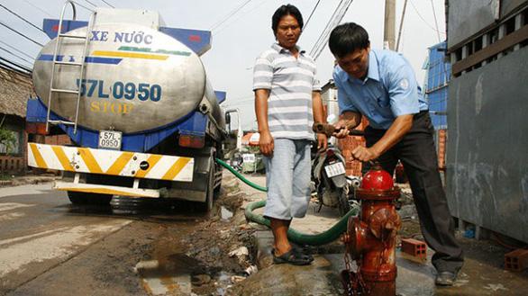 Công ty cổ phần Cấp nước Thủ Đức cấp nước bằng xe bồn cho các khu vực thiếu nước.