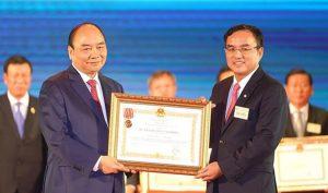 Nợ nước ngoài hơn 200.000 tỷ, EVN vẫn được tặng Huân chương lao động hạng nhất
