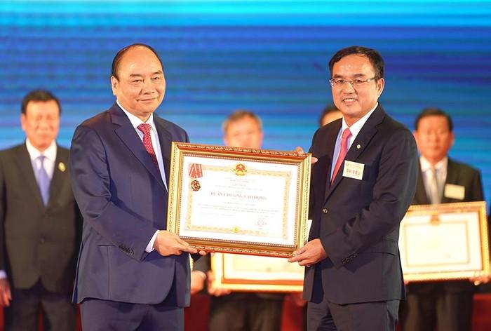 Thủ tướng Nguyễn Xuân Phúc trao Huân chương Lao động hạng Nhất cho Tập đoàn Điện lực Việt Nam.