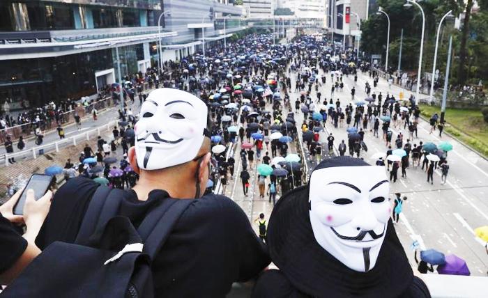 """Người dân Hồng Kông đã diễu hành ở đảo Hồng Kông, phản đối """"Luật cấm che mặt""""."""