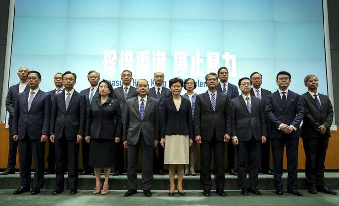 Trưởng Đặc khu Hồng Kông Lâm Trịnh Nguyệt Nga có buổi họp báo cùng với 16 quan chức cấp cao của TP chiều 4/10.