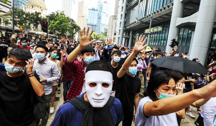 Bắt đầu từ đêm nay 4/10, người Hồng Kông sẽ không được mang mặt nạ khi đi biểu tình. (Ảnh: SCMP)