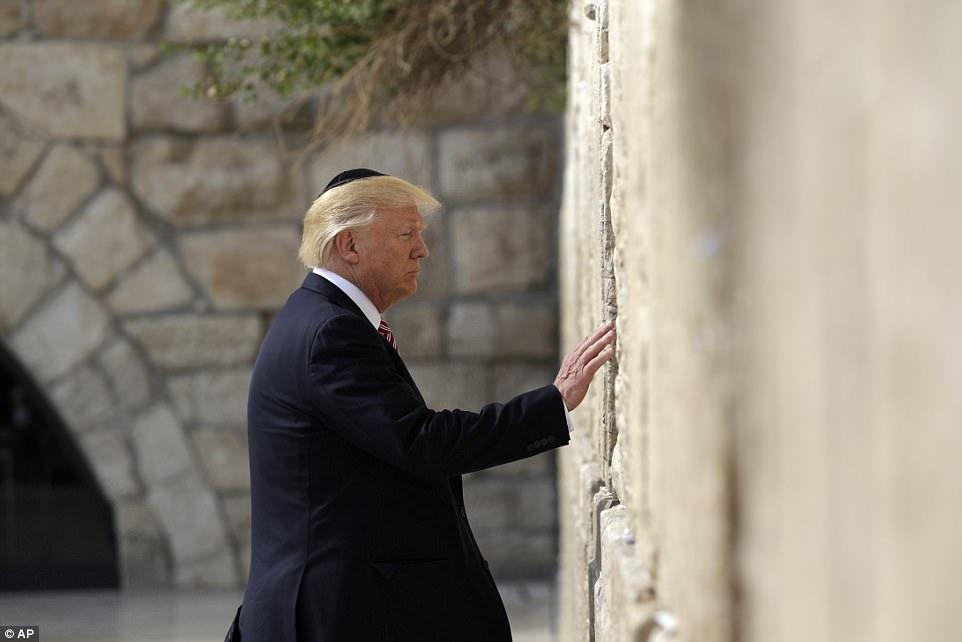 Trump khi đang cầu nguyện bên bức tường than khóc.