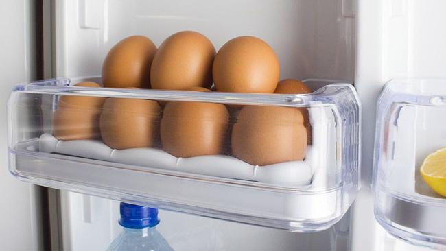 không nên giữ trứng trên cánh cửa tủ lạnh