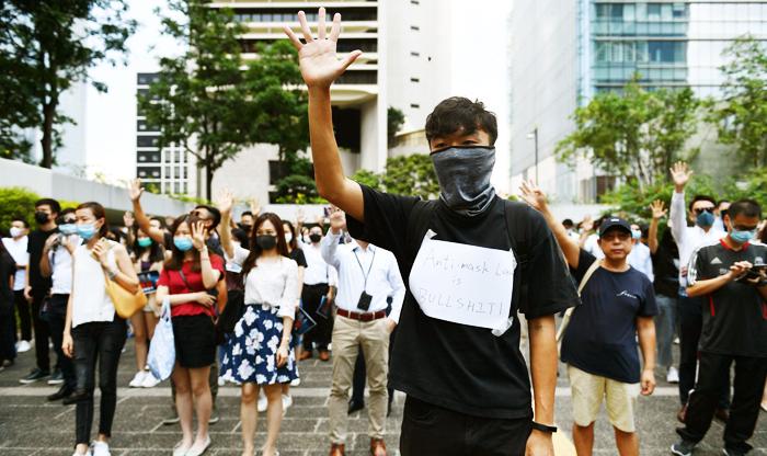 Hôm Thứ Sáu, 4 Tháng Mười, người tranh đấu Hồng Kông phản đối lệnh cấm che mặt của chính quyền.