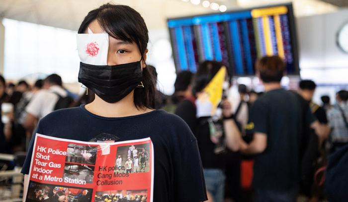 Đôi mắt những cô gái trẻ ấy đều hiểu một điều rằng Hồng Kông đã không thể trở về.