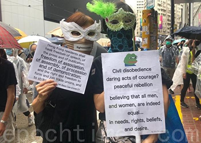 Ngày 6/10, người dân Hồng Kông đã tổ chức diễu hành phản đối Luật Khẩn cấp. Hình ảnh người biểu tình ở Wanchai.
