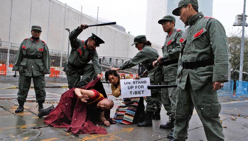 Cảnh sát Trung Quốc đàn áp ngừi dân Tây Tạng.