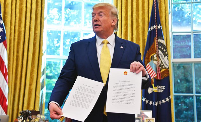 Tổng thống Mỹ Donald Trump đã đặt bút ký thông qua Dự luật Nhân quyền và Dân chủ Hồng Kông.