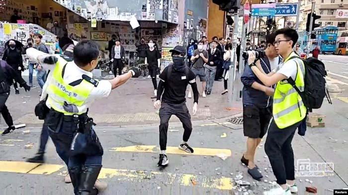 Ảnh chụp lại từ video trên mạng xã hội cho thấy một viên cảnh sát chĩa súng nhắm vào một người biểu tình ở Sai Wan Ho, Hồng Kông, ngày 11/11/2019.