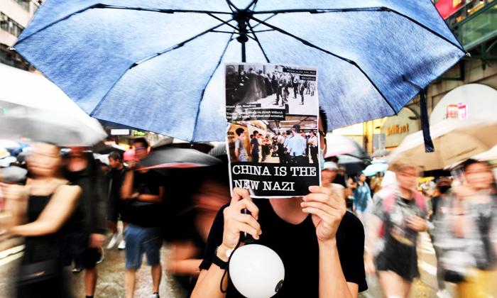"""Biểu tình ở Hồng Kông ngày càng gay gắt, phía Trung Quốc đã thúc giục cảnh sát tại hòn đảo này hãy """"bắn hạ những kẻ bạo động""""."""