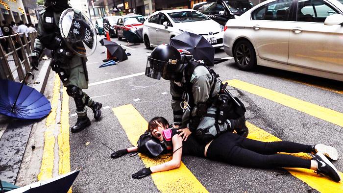 Cảnh sát Hồng Kông liên tiếp lạm dụng bạo lực để trấn áp người biểu tình phản đối dự luật dẫn độ.