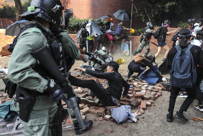 Một cuộc đụng độ giữa người biểu tình và cảnh sát tại Đại học Bách Khoa Hồng Kông.