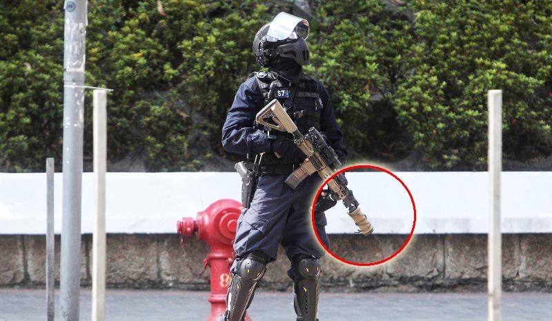 """Có cư dân mạng chụp được ảnh nghi ngờ khẩu súng lục của cảnh sát có trang bị ống giảm thanh, lo lắng rằng cảnh sát sẽ """"nổ súng mà không ai biết"""""""