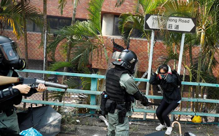 Cảnh sát Hồng Kông vây bắt người biểu tình tại trường Đại học Bách Khoa.