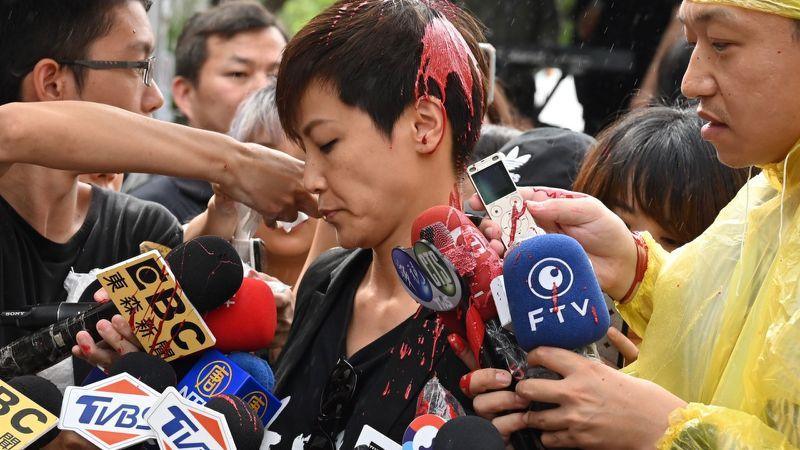 Ca sĩ Hà Vận Thi trong khi đang tiếp nhận và trả lời phỏng vấn từ phòng viên, thì đột nhiên bị một người bịt mặt tạt sơn.