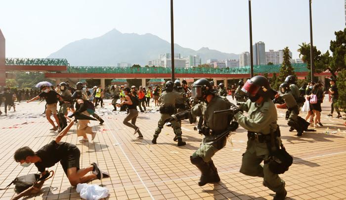 Cảnh sát Hồng Kông đối đầu với người biểu tình hồi đầu tháng 10/2019.