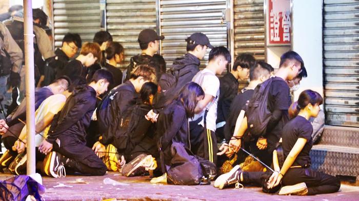 """Rất nhiều người bị bắt như """"tù binh"""", bị cảnh sát bắt quỳ trên đất ở Pitt Street hơn 1 tiếng đồng hồ."""
