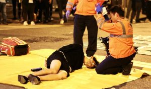 Cảnh sát Hồng Kông lao xe vào đám đông, 1 sinh viên tử vong sau khi nhập viện